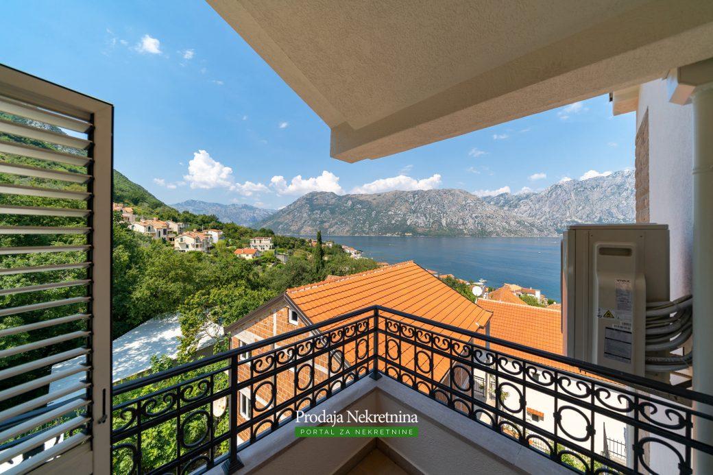 Na prodaji apartman sa bazenom u Boki Kotorskoj