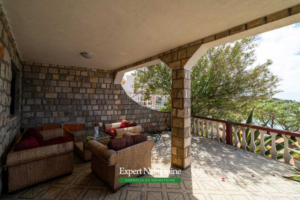 First line house for sale in Bar