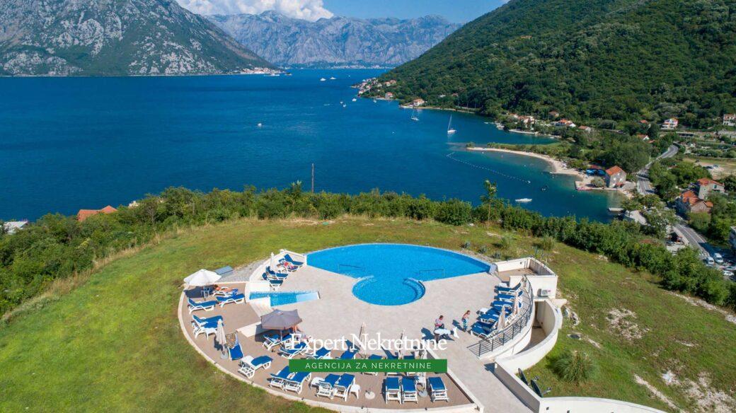 Prodaje se dvosoban stan sa bazenom u Kotorskom zalivu